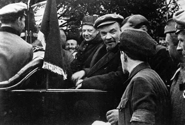 Владимир Ленин и Надежда Крупская в автомобиле. Красная площадь. 1 мая 1919 года Фото: Лев Иванов / РИА Новости